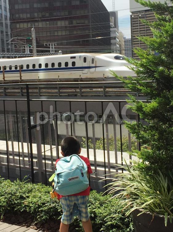 新幹線と子どもの写真