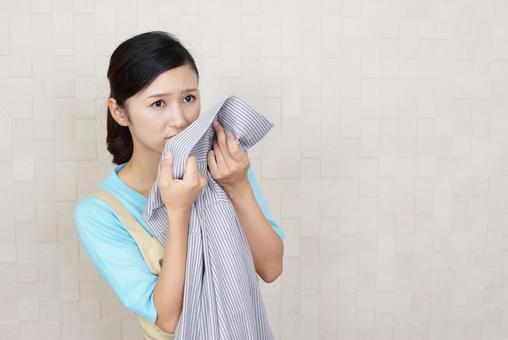 Women who are worried about the smell of laundry