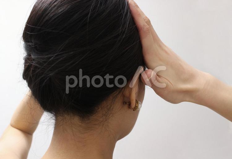 髪を整える女性の写真