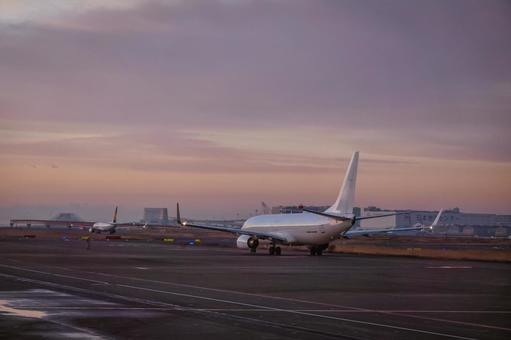 활주로 대기자 화창한 아침에 이륙하는 비행기에서 하네다 공항 시설