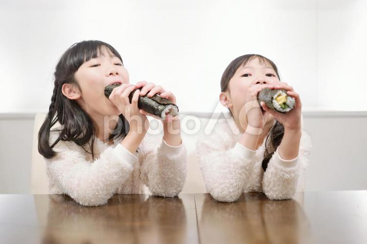 恵方巻を食べる姉妹の写真