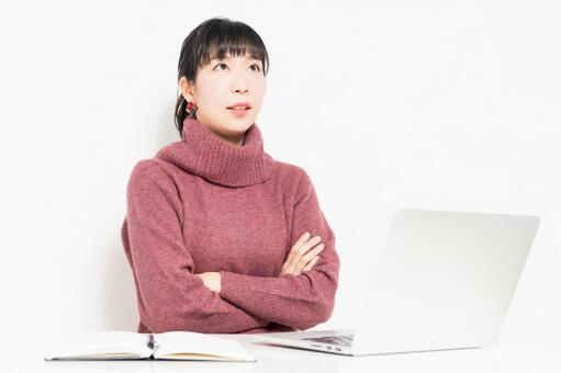 A woman who thinks while using a computer