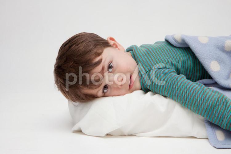 寝そべる男の子5の写真