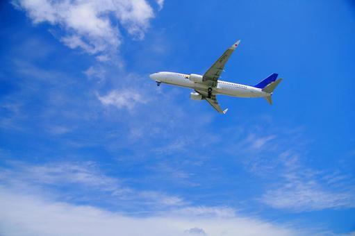 비행기와 구름