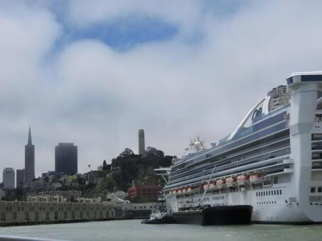 旧金山港口的豪华班轮