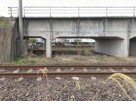 육교의 틈새를 통과하는 컨테이너 열차 도호쿠 본선