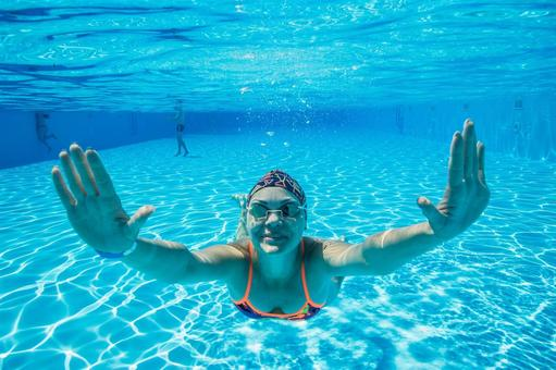 Goggle women dive in the pool 1