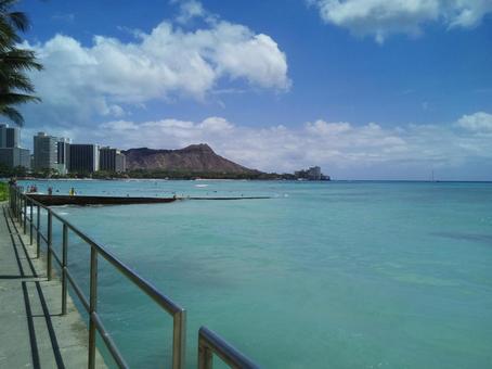 하와이의 와이키키 해변을 멀리