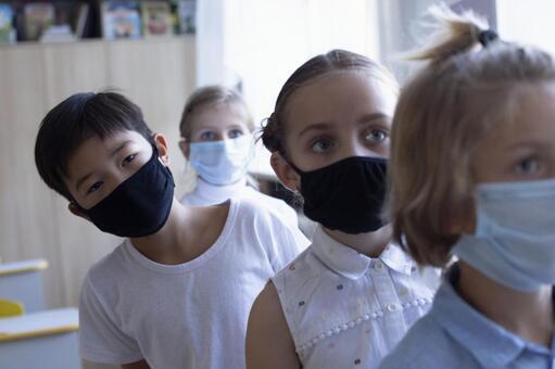 小學生排隊戴著口罩