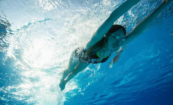 Underwater photography swimming woman 15