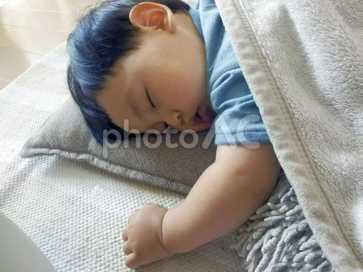 昼寝する赤ちゃんの写真