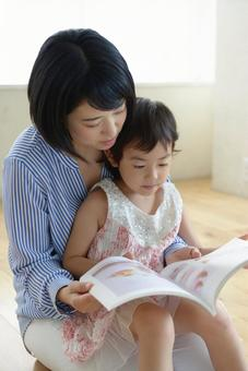 Mother and child reading 4