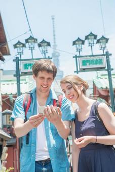 Foreign tourist couple using smaho 2
