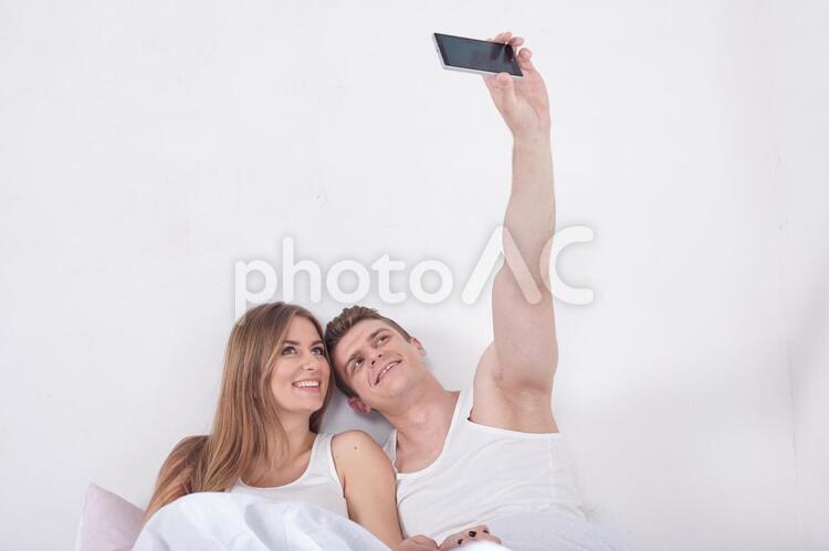 ベッドの中でスマホ23の写真
