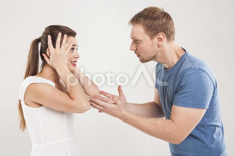 言い合いをするカップル6の写真
