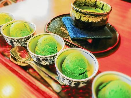 Compare eating green tea ice cream ②