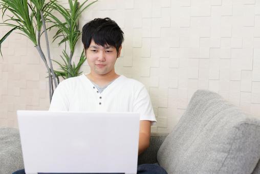 노트북을 즐기는 남성
