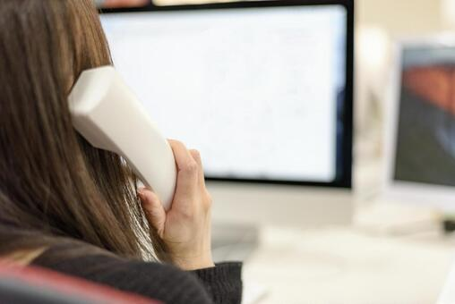 전화를하는 여성