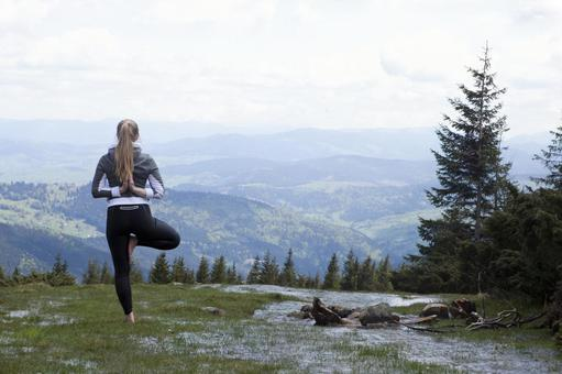 A woman who plays yoga in a nice viewing place 7