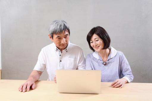 老年夫婦到個人電腦1