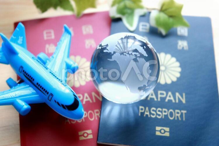 パスポート 飛行機 海外旅行 ガラスの地球儀の写真