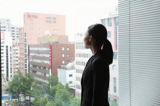 창 밖을 보는 비즈니스 우먼 1