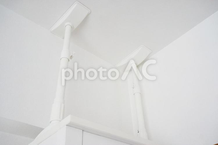 地震対策家具転倒防止の突っ張り棒の写真