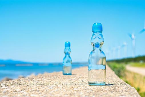 大海、天空和ramune瓶