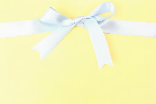 色带的纹理背景黄丝带结的淡蓝色带
