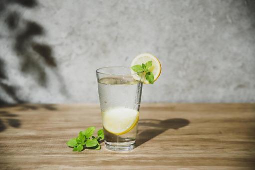 夏季有效預防中暑:檸檬水香味和檸檬酸