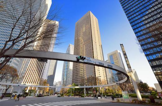 신주쿠 서쪽 출구 사인 링과 고층 빌딩