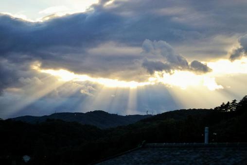 산에 쏟아지는 햇빛