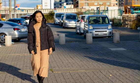 산책로를 걷는 여성 인물