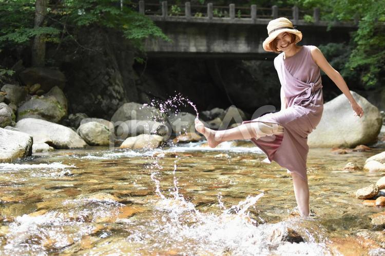 川遊びをする女性の写真