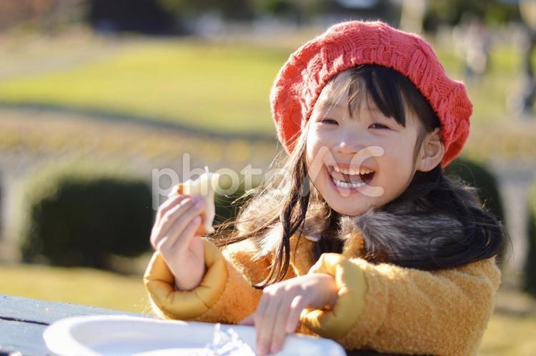 食べる子供の写真