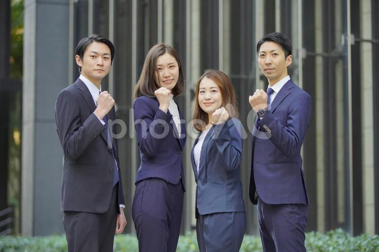 ビジネスシーン・4人のチーム・ガッツポーズ - No: 3109938|写真素材なら「写真AC」無料(フリー)ダウンロードOK