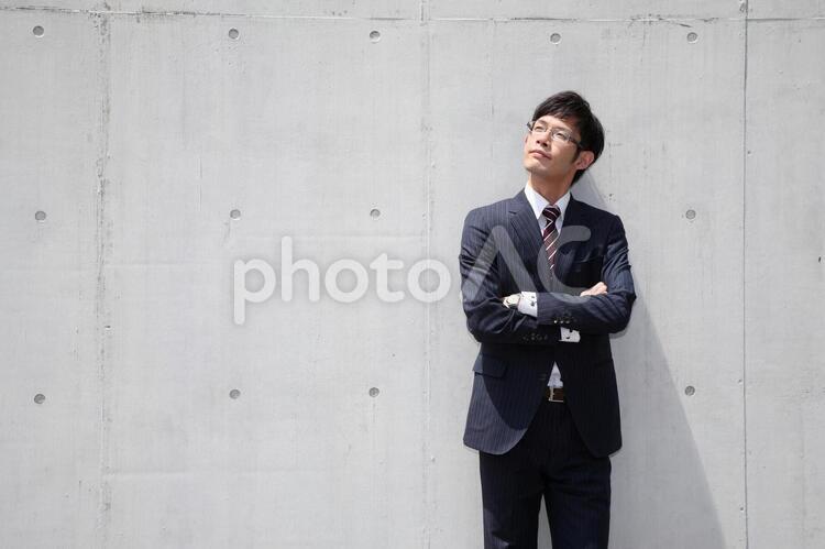 見上げるビジネスマン6の写真