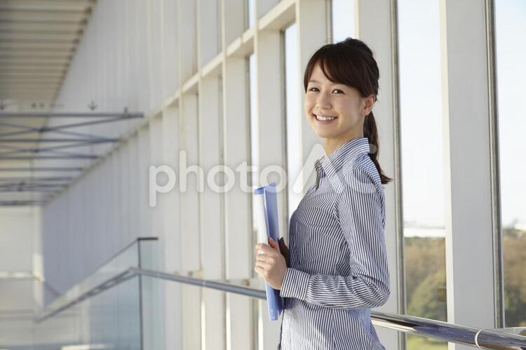 ファイルを持つ日本人OL26の写真
