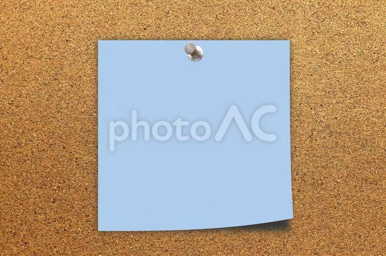 コルクボードとメモ用紙(PSD)の写真
