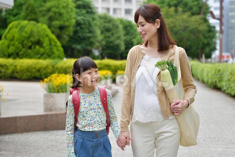 お母さんと手を繋いで歩くランドセルの女の子4の写真