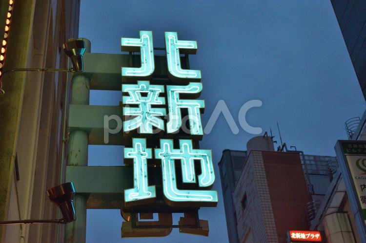大阪・梅田 夜の繁華街7の写真