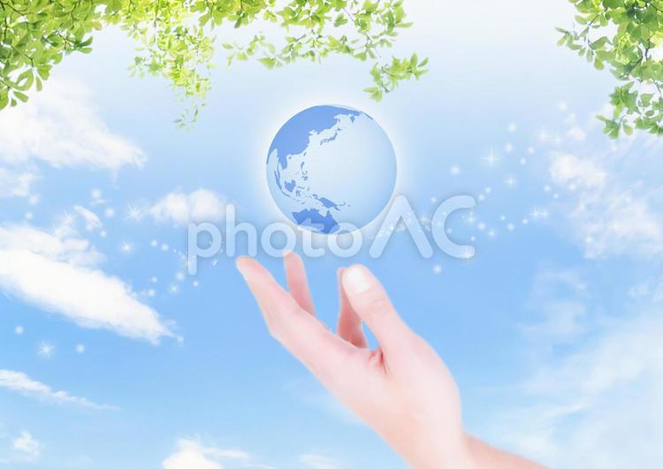 地球とグリーン 手合成の写真