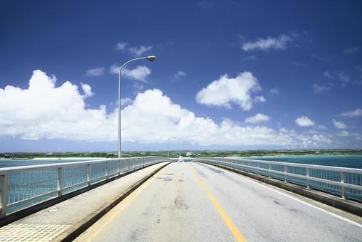 A view of the road and the blue sky from the Irabu Bridge that connects Irabujima and Miyakojima, looking towards Miyakojima
