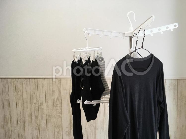 洗濯物 部屋干し 靴下 シャツ(男性服)の写真