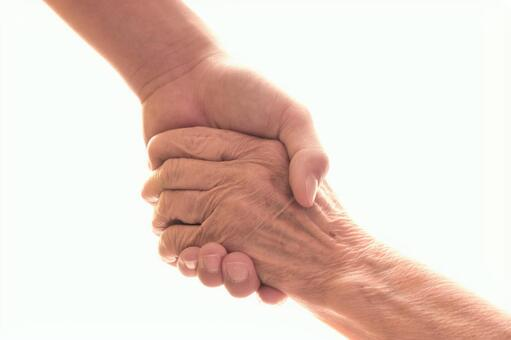 年輕人和老人牽手