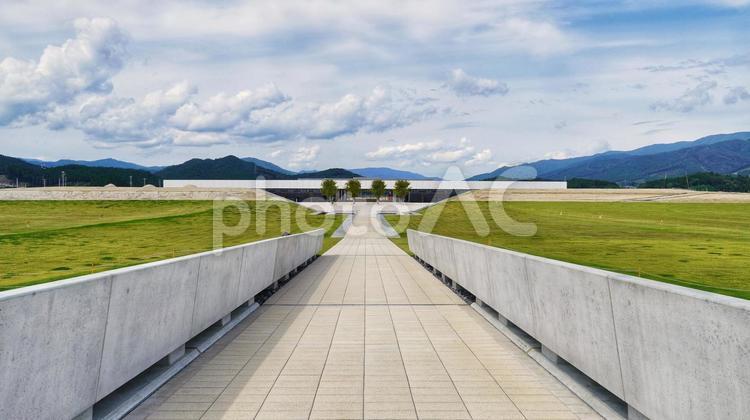 海を望む場からの道の駅高田松原と東日本大震災津波伝承館の写真