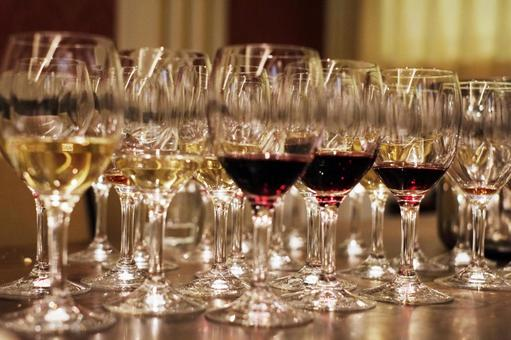 늘어선 와인 잔