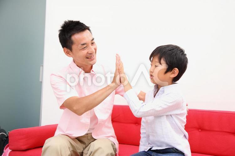 手を合わす親子2の写真