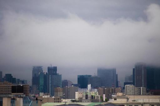 두꺼운 구름에 덮여 오사카의 거리