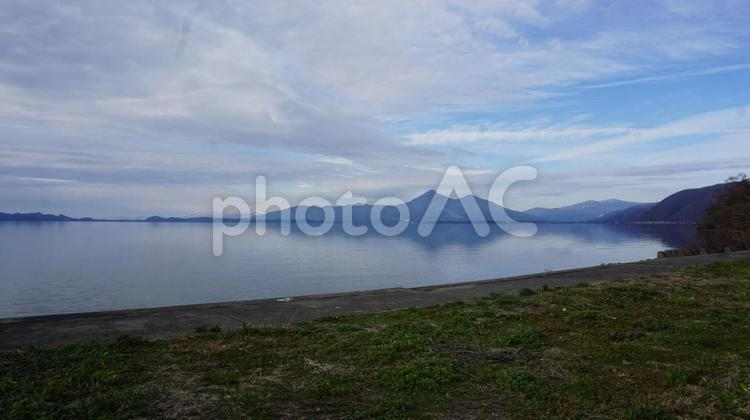 初冬の磐梯山と猪苗代湖の写真